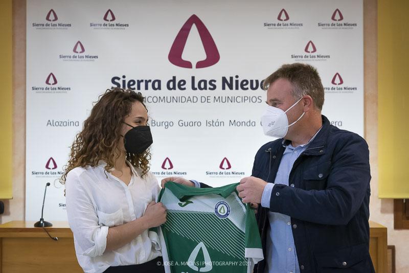 jugadora-futbol-femenino-ud-sierra-de-las-nieves-presidente-presentacion-equipaciones