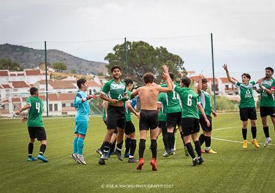 Jugadores del juvenil de la Unión Deportiva Sierra de las Nieves jugadores celebrando un gol