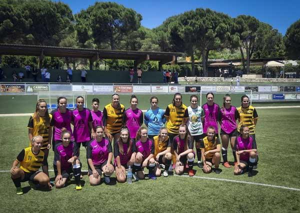 equipo femenino junto a jugadoras del puerto de la torre malaga liga femenina jugadoras de futbol