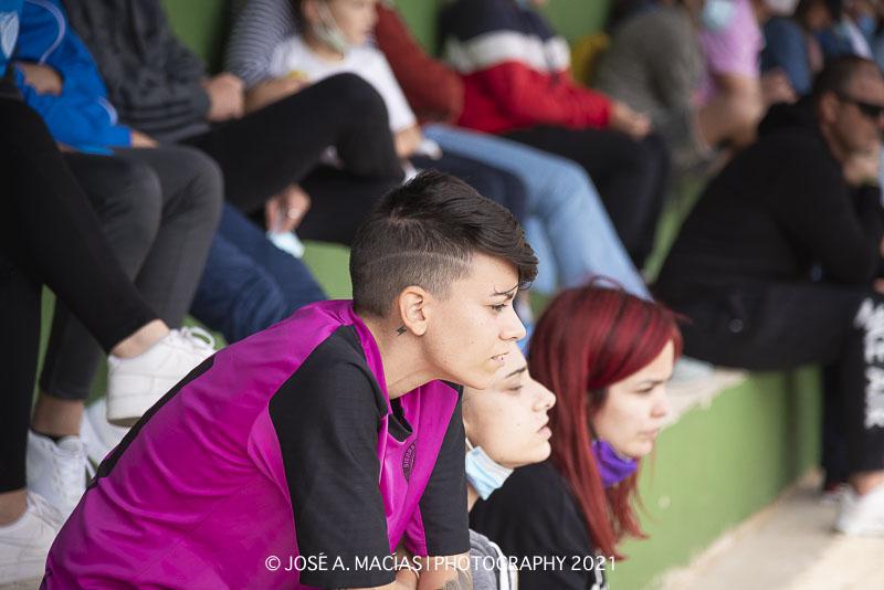 jugadora del equipo femenino expectante ante el encuentro de sus compañero de distinta categoría  de la Unión Deportiva Sierra de las Nieves
